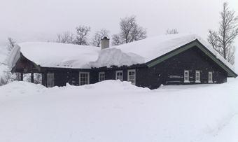 hytte med snø på tak foto Codan forsikring