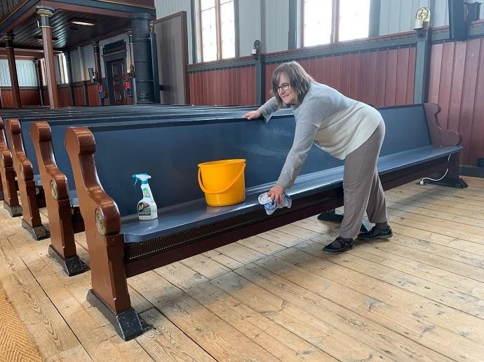 Elsa Jensvold vasker kirkebenkene foto Johan Helgetun.jpg