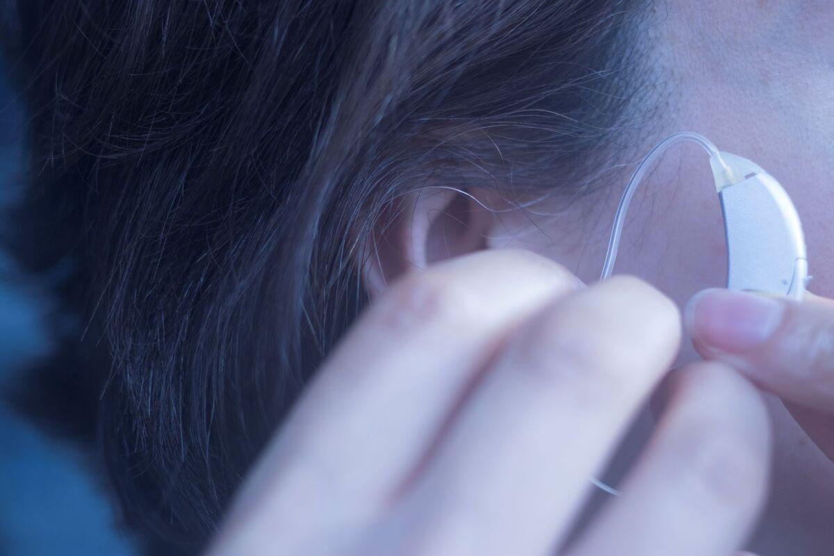HJELP TIL SELVHJELP. HLF har nå lansert et nytt nettsted for stell og bruk av høreapparater. Illustrasjonsfoto. Colourbox