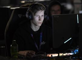 UTFORDRER UNGE. Gameren Martin Foss Andersen utfordrer andre unge til å ta vare på hørselen sin. Foto. AFP