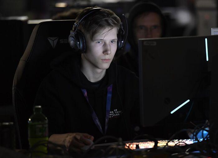 UTFORDRENDE. Å spille uten lyd er vanskelig, selv for verdens beste gamere. Ungdom verden over gjør nå som Martin Foss Andersen - MrSavage - under HeadsetChallenge. Foto. AFP