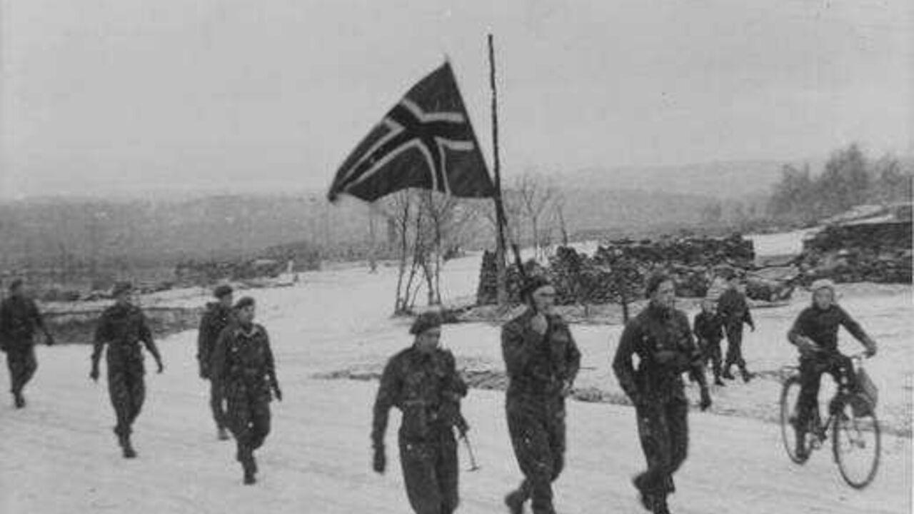 Frigjøringa av Finnmark under 2. verdenskrig, norske soldater, man ser ruiner i bakgrunnen