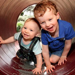 Foto av to barn i et lekeapparat