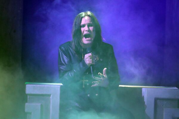 HØRSELSSKADET. Heavy metal-rockeren Ozzy Osbourne lange og høylytte konsertliv har gitt ham tinnitus og nedsatt hørsel. Nå oppfordrer han til bedre lydvett. Foto Backgrid UK