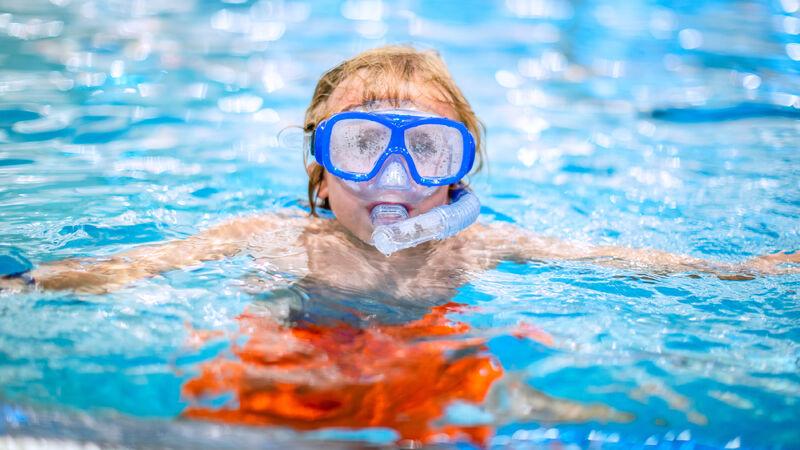 Foto av gutt med dykkermaske