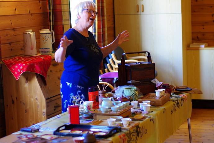 Anne Sæther ved bordet.JPG