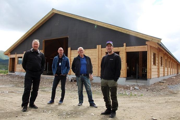 Georg Solem, Simon Eggen, Magne Løfaldli og Olai Solem med fjøset i bakgrunnen.jpg
