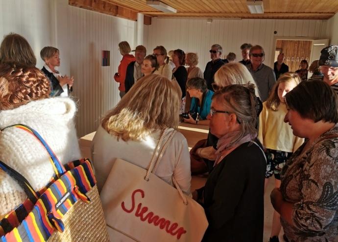 Mange hadde tatt turen til Bondhuset for å få med seg åpningen av utstillingen.jpg