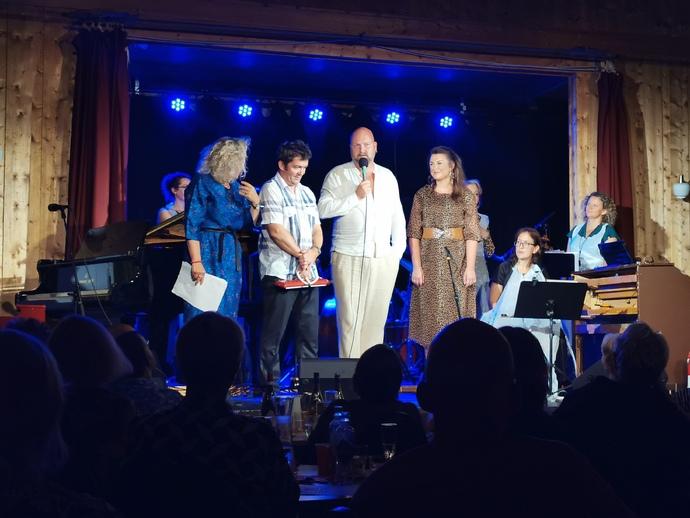 Jo Inge Nes takker av kunstnerisk leder Trygve Brøske flankert av Marianne Meløy og påtroppende leder Sigrid Vetlesæter Bøe_690x518.jpg