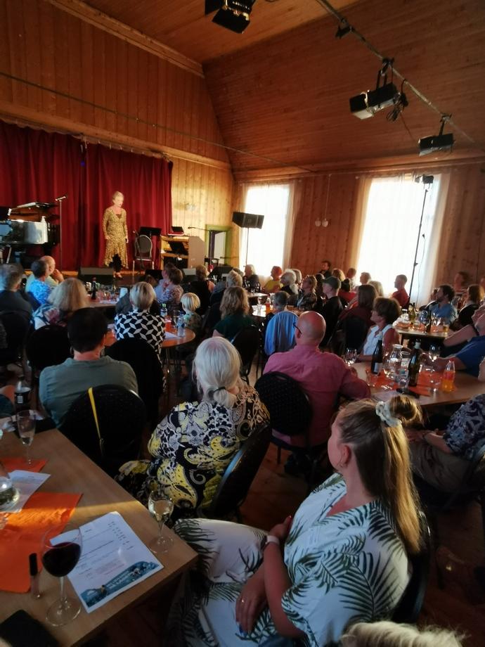 Rundt 60 publikummere fikk sikret seg billett til Storstangvikkveld_690x920.jpg