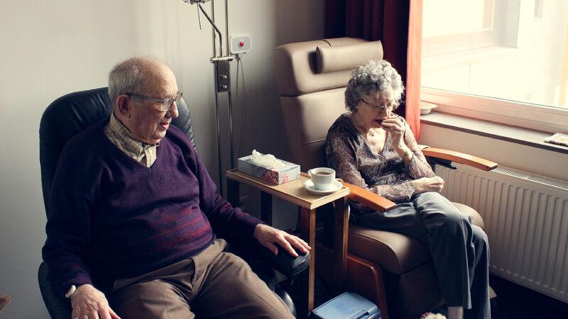 Foto av to eldre på institusjon