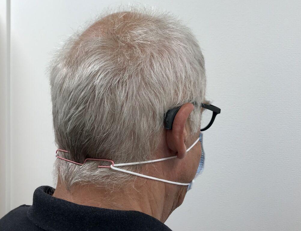 BINDERS BAK. Bend ut en binders, og hekt fast til strikkene. og du kan ha feste i nakken, istedet for bak ørene. Foto. Bjørg Engdahl