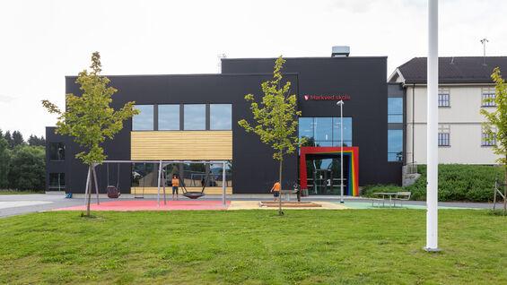 Foto av Mørkved skole sett fra utsiden