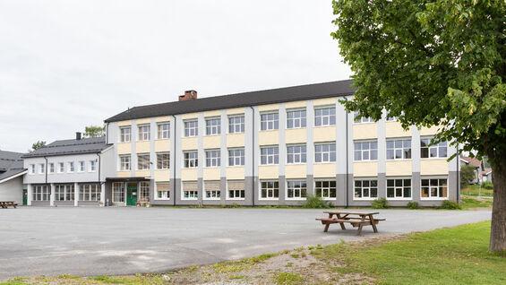 Foto av Kylstad skole sett fra utsiden