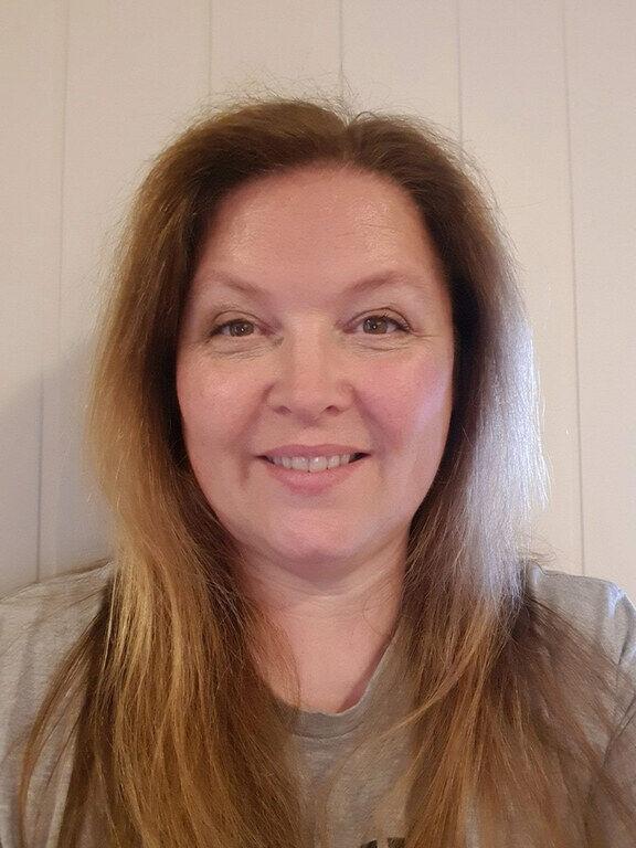 GODE RUTINER. Audiograf Siri Merete Bergseth ved Hørselssentralen på Molde Sjukehus anbefaler alle høreapparatbruker å være nøye med renholdet.