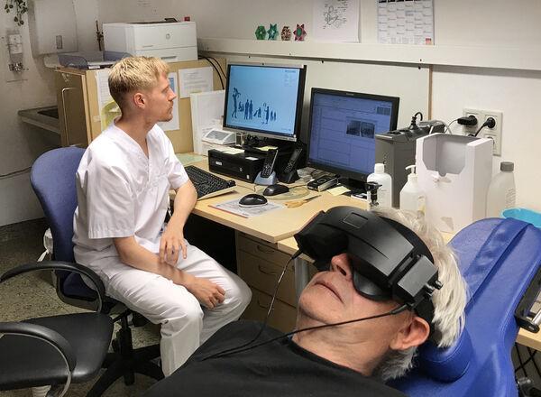 VIDEOBRILLER. Audiograf Thomas Evenstad tester balansen til Lars Buan ved hjelp av videonystagmography. Pasientens øyebevegelser avslører forstyrrelser i balanseorganet. Foto. Bjørg Engdahl