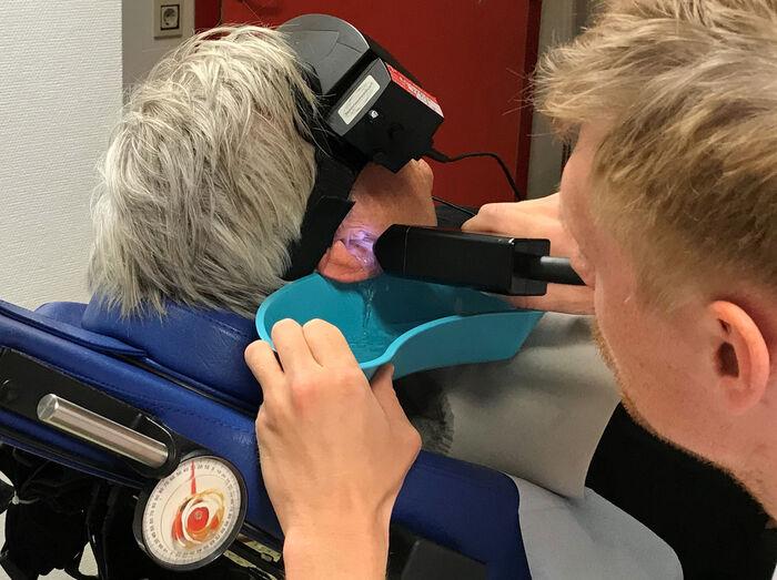 KALORISK TEST. Varmt og kaldt vann sprøytes inn for å sjekke funksjonen til balansenerven og buegangene i indre øre.