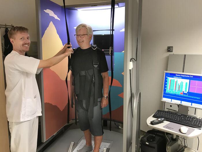 FESTES MED SELE. Seks balansetester med økende vanskelighetsgrad gjøres på balanseplattformen, der pasienten sikres med fallsele.