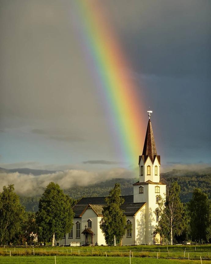 060920 apriliadamen Rindal kirke regnbue_690x862.jpg