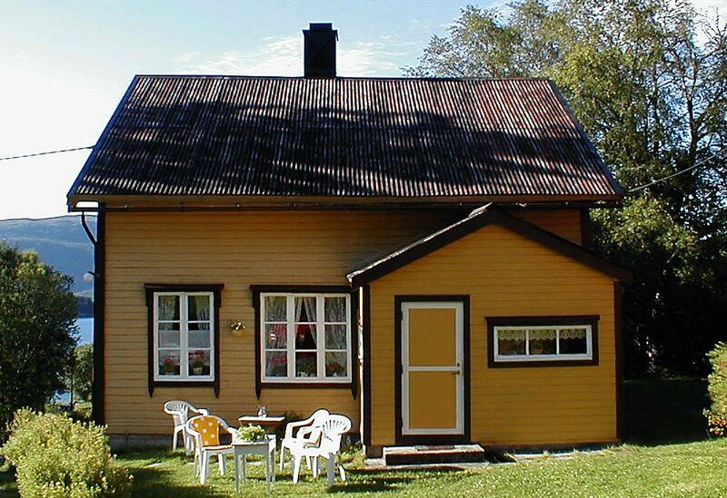 Meieribygninga frå Ådalen vart seinare flytta til Hestnes i Valsøyfjorden - som fritidshus. Biletet derifrå er teke i 2003. (Foto: Bernt G. Bøe