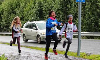 Leah Elvira Furuhaug, Mona Espeland og Maja Krogh Skjermo fra 5.klasse rundt om Midt-Lina, som er på 6,7 km.