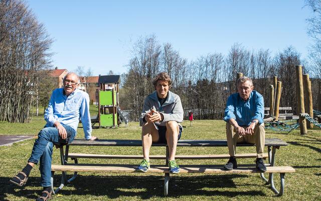 Arne og Knut Kvalheim sammen med forfatteren Thor Gotaas. Foto: Ole Magnus Kinapel