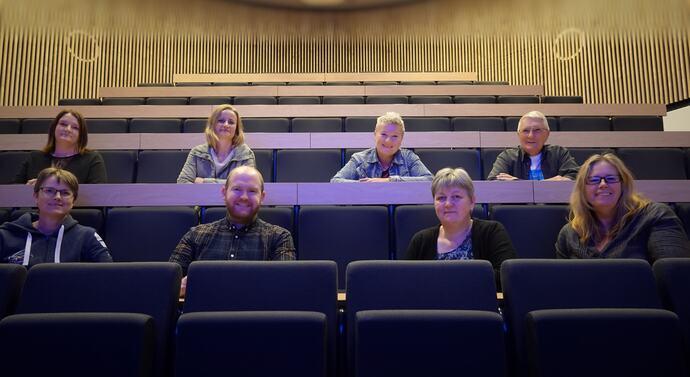Foran f.v. Eli Solvik, Øystein Bondhus, Sigrid Skjølsvold og Gunhild Anne Hyldbakk. Bak f.v. Mari Vattøy, Berit Synøv Fugelsøy, Britt Grete Moen og Ole Trygve Foseide.