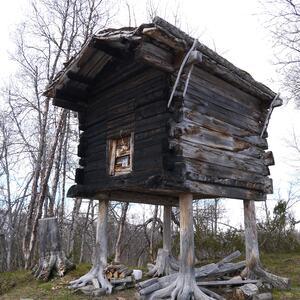 Private eiere av automatisk freda samiske bygninger kan nå søke tilskudd for 2021. Søknadsfristen er 1.november 2020. For flere opplysninger om tilskuddsordningen og søknadsskjema se Sametingets nettside.    Bur og stabbur er en vanlig samisk bygningstype i de samiske bosettingsområdene. Her et staselig bur i Hattfjelldal, foto Sametinget