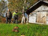Samarbeid mellom eier og handverker er viktig når freda samiske bygninger skal settes i stand. På bildet: Eier Magnus  Varsi og handverker Arne Graven. Foto Sametinget
