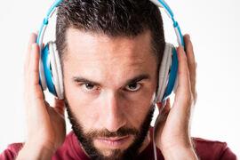NY METODE. Et internasjonalt forskerteam kan vise til god effekt av en eksperimentell behandling mot tinnitus. Lyd på øret og strøm på tunga er viktige stikkord i behandlingen.  Illustrasjonsfoto. Colourbox