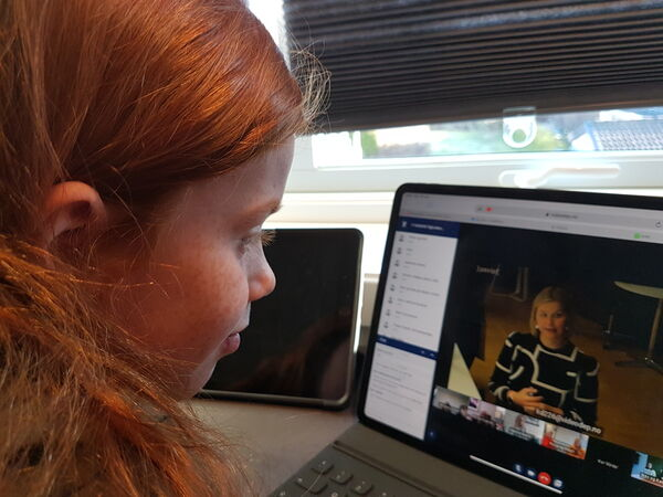 Kristin Ernstsen i videomøtet med kunnskapsminister Guri Melby, der hun forteller om sin egen skolehverdag