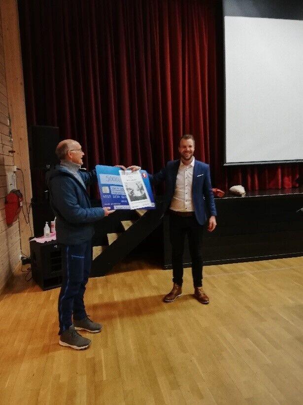 Kjell Kr. Johansen får tildelt årets ildsjelpris av Ordfører Eirik Losnegaard Mevik.