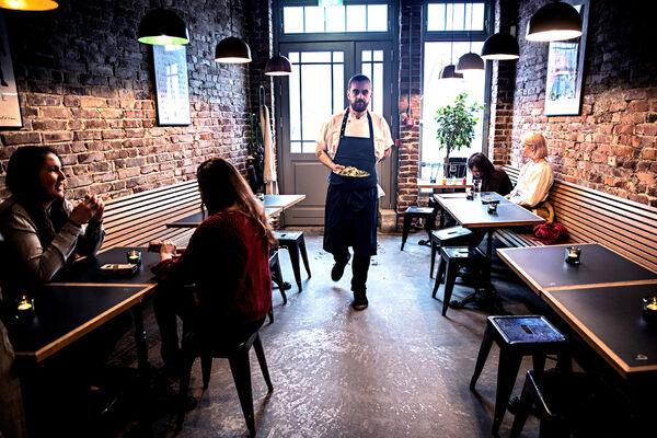 MINDRE STØY OG SMITTE. Serveringsstedene i Bergen og nabokommunene må dempe musikken så mye at folk kan høre hverandre på minst én meters avstand. Illustrasjonsfoto NTB