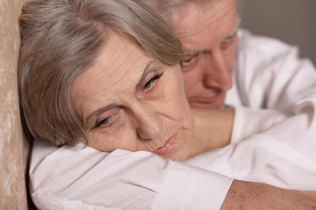 UTENFOR. Mennesker med hørselstap unngår ofte situasjoner der de føler seg utenfor. Dette kan føre til passivitet, ensomhet og øke faren for depresjon. Illustrasjonsfoto: Colourbox