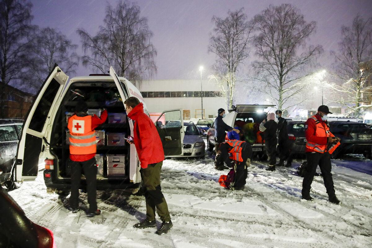 STOR INNSATS. Røde Kors og mange andre gjør en kjempeinnsats etter rastragedien i Gjerdrum. Foto NTB