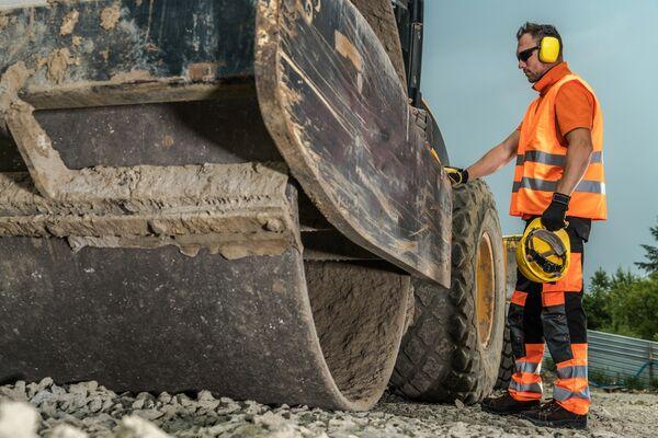 STØYENDE JOBB. Bygg- og anleggsbransjen er tøff for hørselen. Snart vil nye norske tall kunne si hvordan både anleggsarbeidere og yrkesaktive i andre bransjer påvirkes av jobbstøy. Illustrasjonsfoto.Colourbox