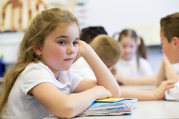 UTENFOR. Pandemien har ført til at i utgangspunktet sårbare mennesker har blitt ekstra hardt rammet, blant annet elever som har mistet hele eller deler av tilrettelagt undervisning. Illustrasjonsfoto. Colourbox