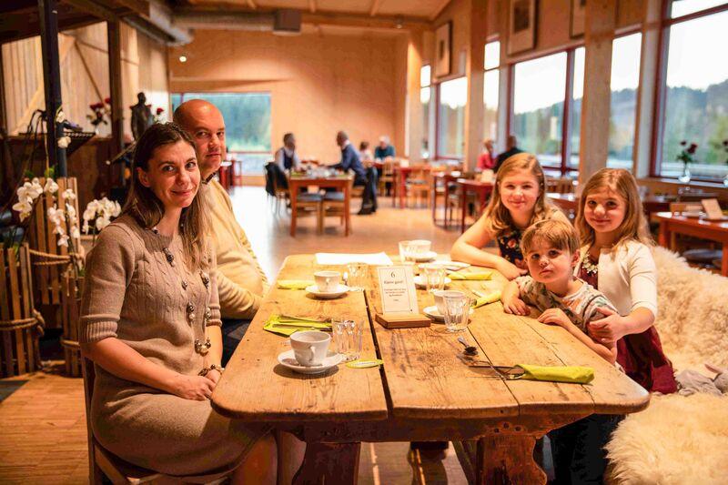Monica og Benjamin Acatrinei og deres tre barn flyttet til Gaupen i mai. I oktober deltok de på innflyttertreff på Prøysenhuset.