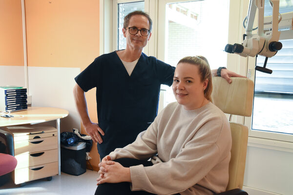 ADVARER. Øre-nese-halslege Morten Lystad og audiograf Kine Moe Johansen advarer mot å droppe høreapparat selv om man er mye hjemme.