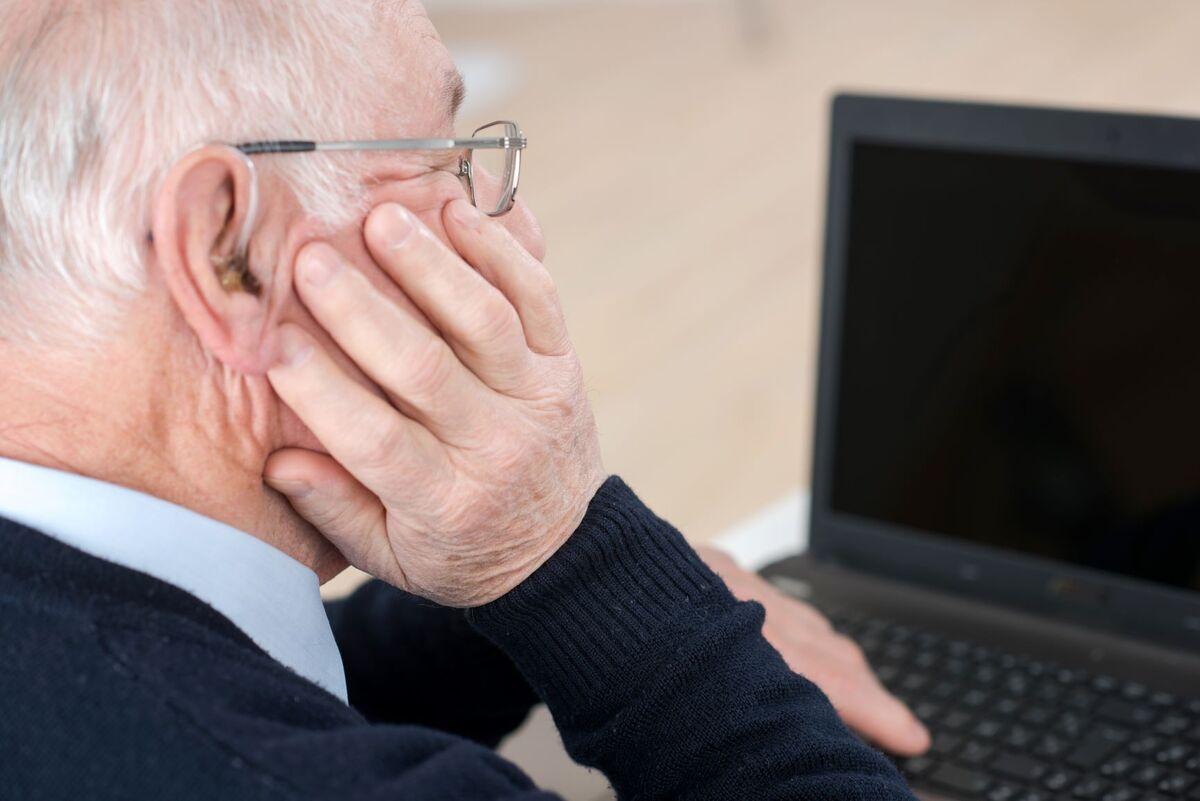 UTSATT. Eldre med nedsatt hørsel og andre hørselsutfordringer er spesielt utsatt under koronapandemien. Illustrasjonsfoto. Colourbox