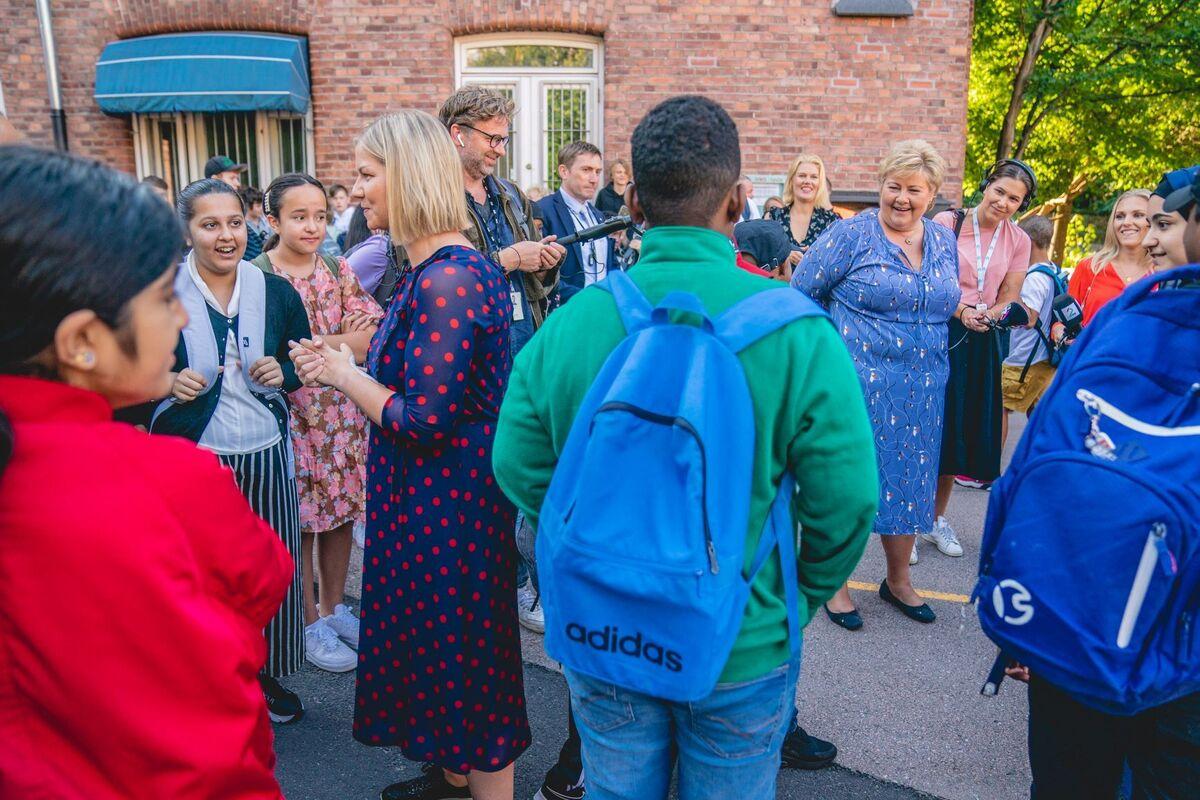 NY PLAN. Statsminister Erna Solberg og kunnskapsminister Guri Melby ved et tidligere besøk ved en skole i Oslo. Nå lanserer de tiltak for skoleelever som har behov for ekstra oppfølging. Foto. NTB