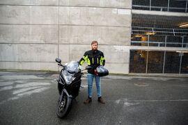 FØRSTE I EUROPA. Hjelmen med Daals system i har vært teknisk sjef Sigmund Birkelands daglige hjelm siden han tok MC-førerkortet i sommer. Han synes det er kult at han er den eneste i Europa som kjører med aktiv støydemping i motorsykkelhjelmen.