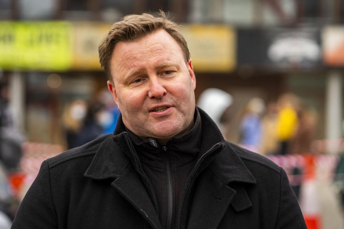 SER BEHOVET. Assisterende helsedirektør Espen Rostrup Nakstad ser behovet for gjennomsiktige munnbind. Foto. NTB