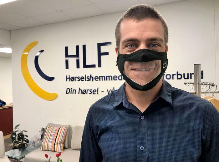 KLAR TALE. HLF og generalsekretær Henrik Peersen har lenge kjempet for å ta i bruk gjennomsiktige munnbind i helsetjenesten. HLF har selv bestilt og formidlet en rekke munnbind til hørselshemmede som eller ville hatt store kommunikasjonsproblemer. Foto