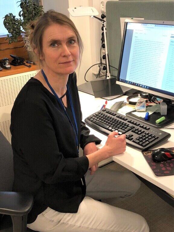 VIL SPRE INFORMASJON. Seksjonsleder Hanne-M. Eriksen-Volle i FHI er glad for alle som kan bidra til å gjøre munnbind-rådene for hørselshemmede bedre kjent. Foto. Torunn Alberg