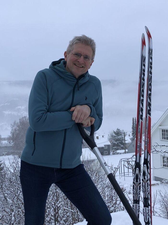PÅ SKI. Geir Selbæk sier fysisk og mental trening kan redusere faren for demens. Selv har den skiglade forskeren bosatt seg i Lillehammer, hvor mulighetene for skiturer er gode. Foto. Privat