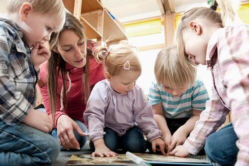 Barn som leker i barnehage