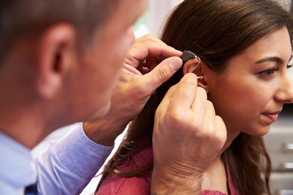 POSITIVE. Åtte av ti sier de vil ta i bruk høreapparat når hørselen blir dårlig. Illustrasjonsfoto. Colourbox