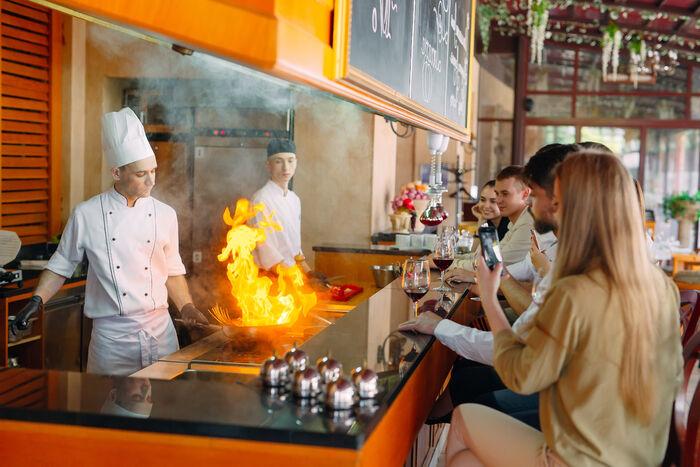 GÅR SIN VEI. Pandemien og nedstengte restauranter er trolig årsaken til at noen færre forlater restauranter på grunn av støy enn tidligere. Illustrasjonsfoto. Colourbox