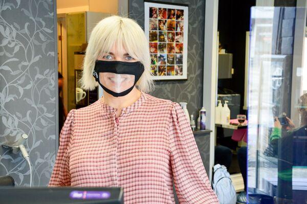 RESPEKT. Frisør Linda Pettersen og hennes kolleger i Mo i Rana bruker gjennomsiktige munnbind av respekt for de som hører dårlig. Foto. Maiken Johansen, Rana Blad